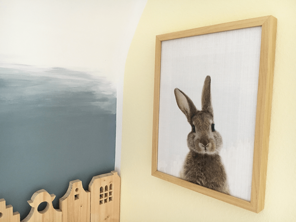 Exemple d'une photo d'une cliente d'un petit lapin ,imprimée sur Hahnemülhe et encadrée dans un cadre en bois – @myposter / Janine Sommer