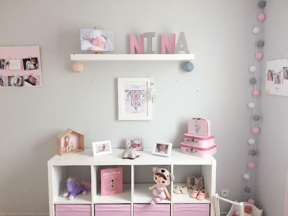 Exemple d'une photo d'une cliente illustrant un lettrage et un poster encadré mettant en scène le prénom Nina pour la déco d'une chambre d'enfant - @myposter / Solovely Family