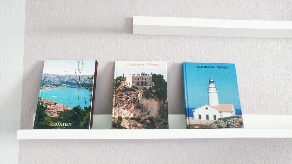 Exemple de déco sur étagère murale avec des livres photos / Heiko de Leipzig - myposter