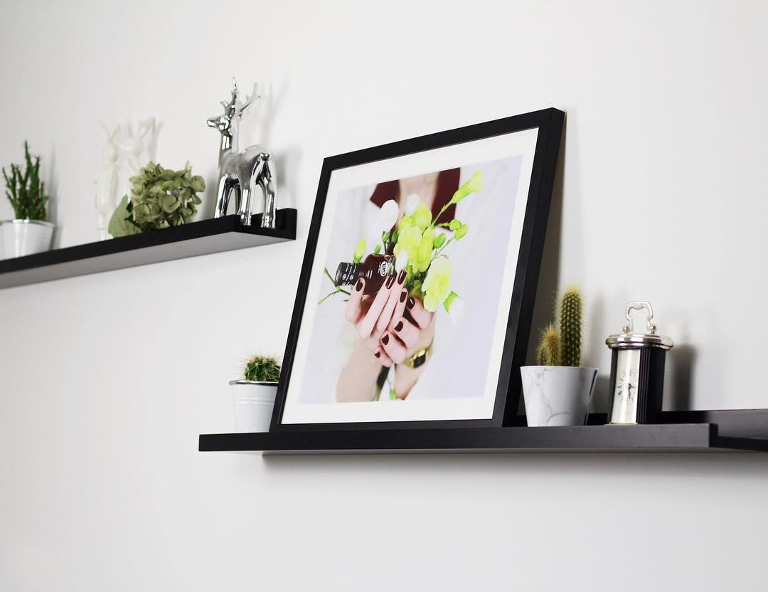 Exemple de décoration photo avec une étagère murale / inspiration @lackfabi / myposter