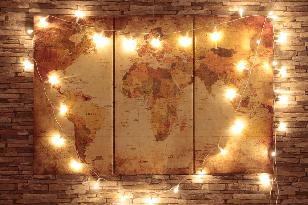 Carte du monde à épingler et décorée avec des objets - triptyque photo / myposter