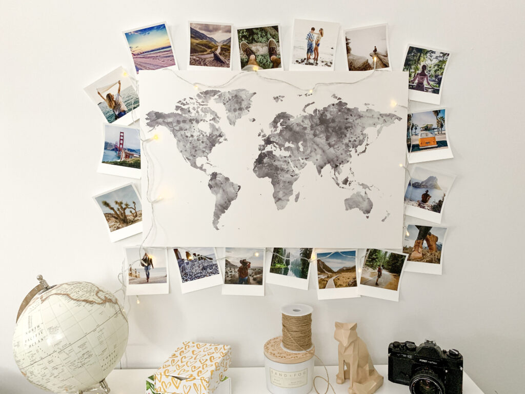 Carte du monde déco entourée de tirages et d'une guirlande
