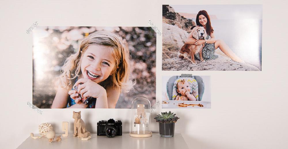 décoration murale salon avec des posters et photos de proches / myposter